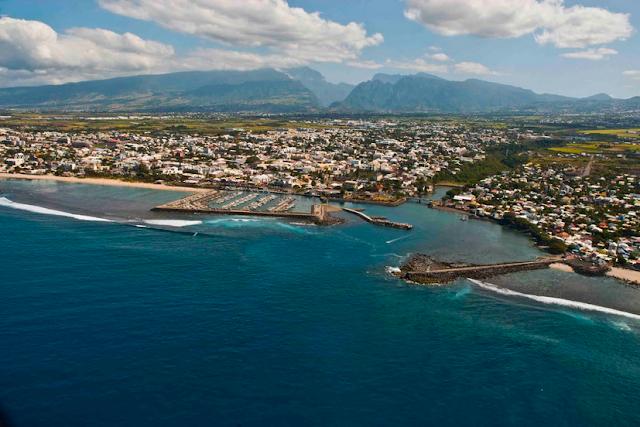 Vue aérienne du port de Saint Pierre à la Réunion.