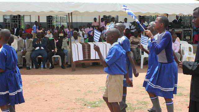 ΑΠΙΣΤΕΥΤΟ! Γίνονται και αυτές οι παρελάσεις – Τα παιδιά της Ουγκάντα σήκωσαν ψηλά τις ελληνικές σημαίες