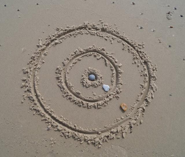 Drei einfache Strandspiele, für die Ihr nichts als Eure Hände braucht: Dart im Sand! Die Kinder lieben es!