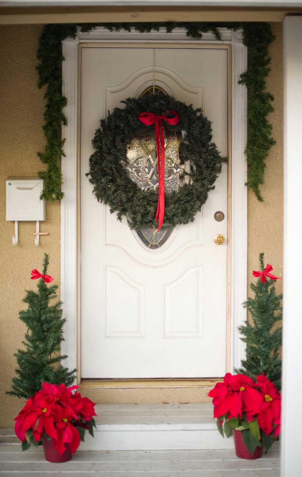 Domestic Fashionista: Traditional Red Christmas Front Porch