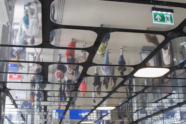 spiegelend plafond van Amsterdam CS