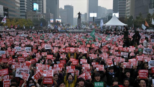 Surcoreanos exigen en una protesta la dimisión de su presidenta