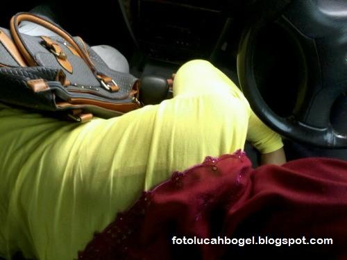 Gambar Awek Tudung Hisap Batang Dalam Kereta