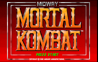 Captura de pantalla de la recreativa de Midway de 1992: Mortal Kombat. La imagen muestra el texto sobre fondo rojo. Abajo, en verde: Press Start