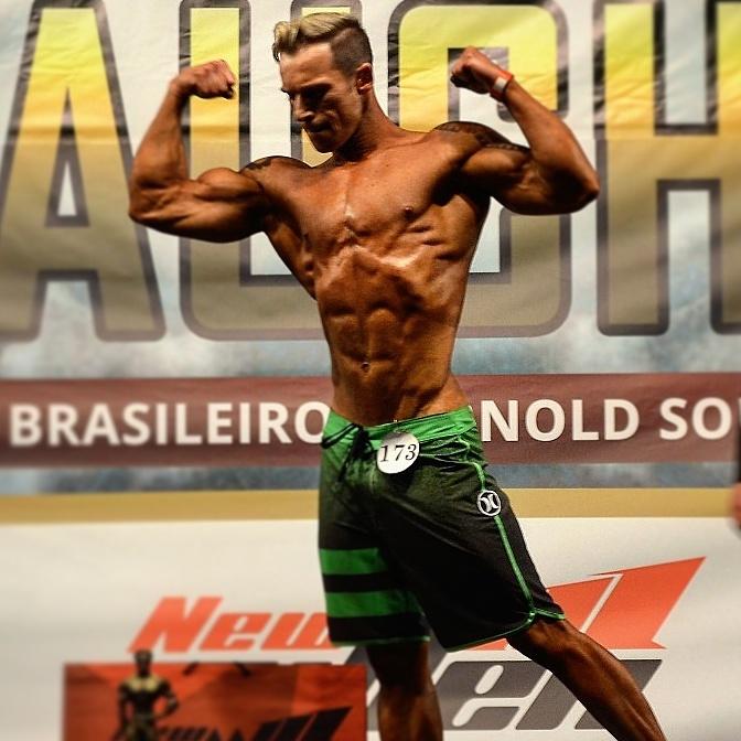 Henrique Drebes se apresenta no palco do Campeonato Gaúcho da IFBB-RS. Foto: Arquivo pessoal