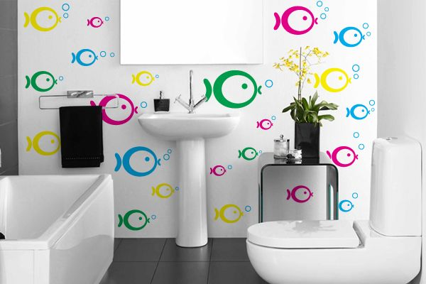 Adesivo para banheiro que apresenta diversos peixinhos coloridos