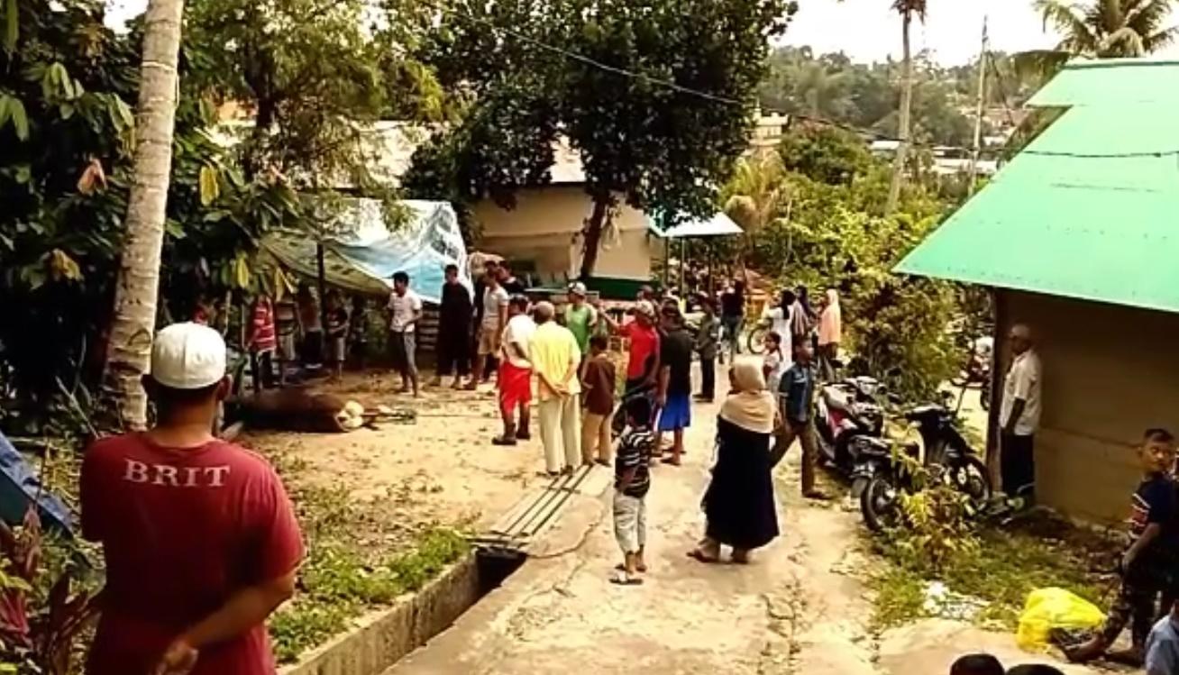 Masyarakat umum sekitar berbaur dengan warga LDII memotong hewan kurban di Kelurahan Baru Ulu Balikpapan, Senin (12/9/2016). Foto: LINES.