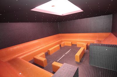 Dunkelgrau-orange Sauna-Inneneinrichtung