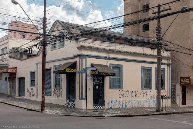 Casa na esquina da Rua Paula Gomes com a Rua Mateus Leme