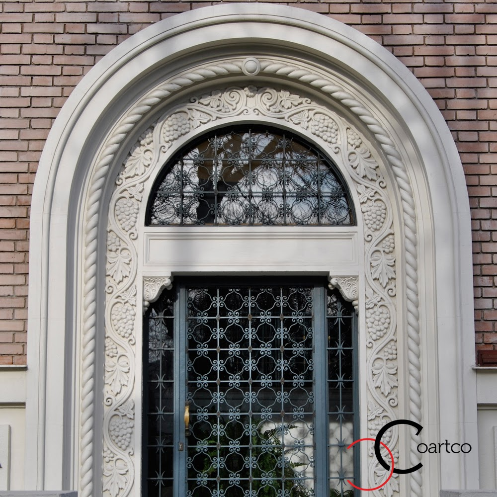 casa frumoasa de la roman intrarea cu arcada ornamentata, producator