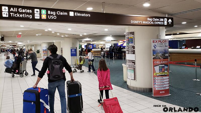 Área das locadoras de carro no Aeroporto de Orlando.