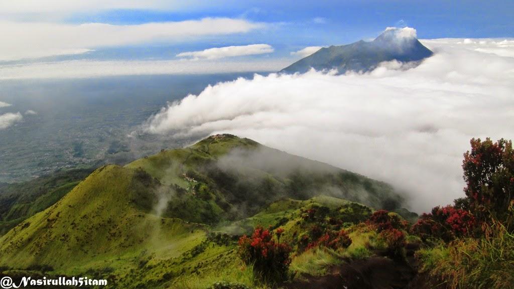 Puncak gunung Merapi terlihat dari Merbabu