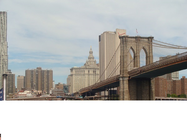Blick auf die Brooklyn Bridge in New York City vom East River aus