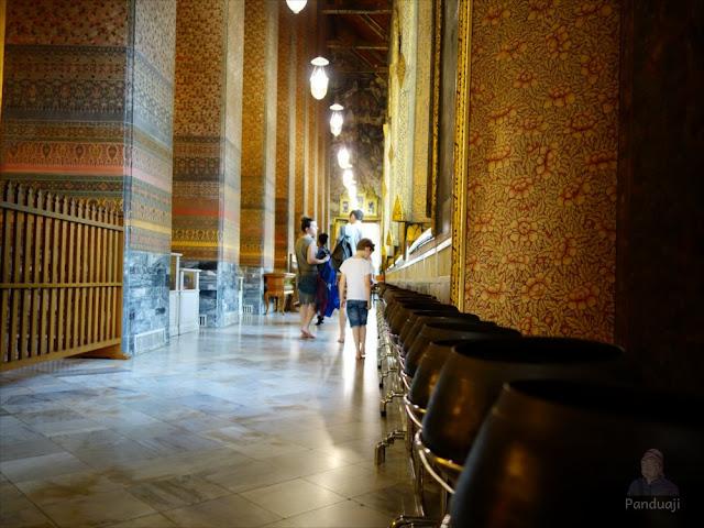 Pengunjung Wat Pho di Thailand