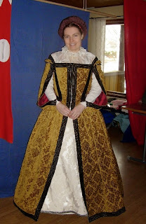 http://evashistoricalcostumes.blogspot.se/p/my-very-first-elizabethan-gown.html