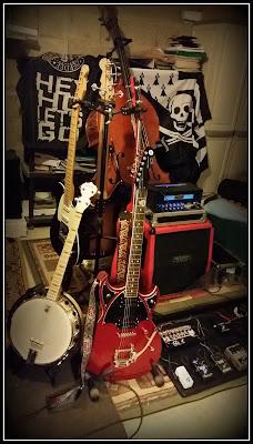Les outils de travail ;-) guitares, basses, banjo, ampli, effets