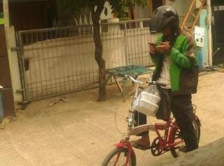 Motor Ditarik Leasing, Driver Ojek Online Terima Orderan Pake Sepeda