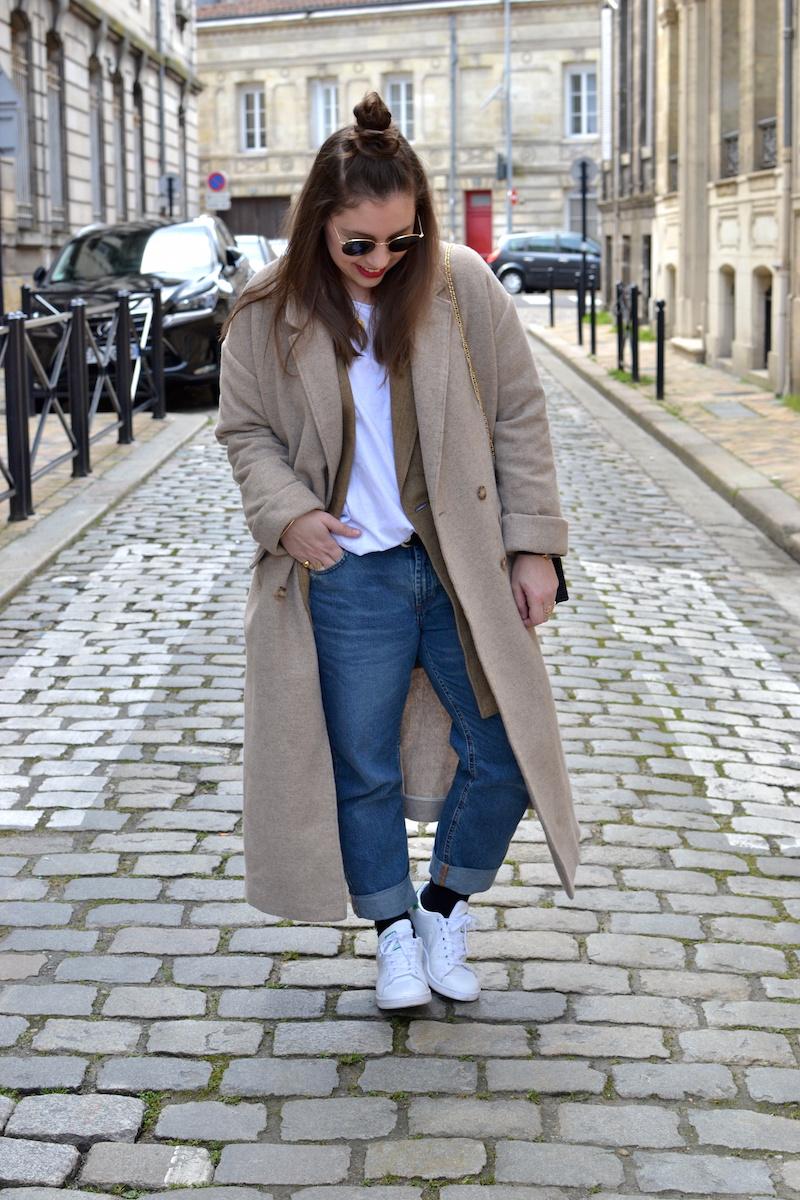 manteau beige American Vintage, Sac en osier noir Zara, Ray Ban, t-shirt blanc Zara, veste en lin zara, jean Pull and Bear, stan smith