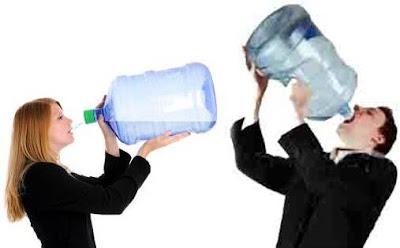Tomar agua puede ayudar a quemar grasa y adelgazar