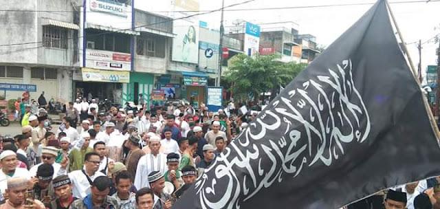 Ribuan umat islam di Asahan menggelar aksi mengutuk pembakaran bendera bertuliskan tauhid.