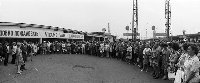 1960-е годы. Рига. A festive welcome at the Riga Railway Station for participants of a Czechoslovak and USSR friendship tour. (Latvia State Archive of Film, Photography and Audiovisual Documents)...