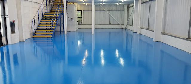 Kami hadir memenuhi kebutuhan Anda akan layanan jasa pengecatan cat epoxy lantai.