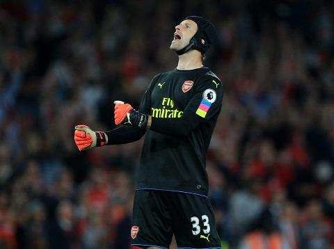 Trong khi đó, Cech, người cũ của Chelsea, lại đang bắt cực hay trong màu áo Arsenal
