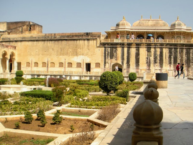 What to do in Jaipur India: explore the courtyards of Amber Fort