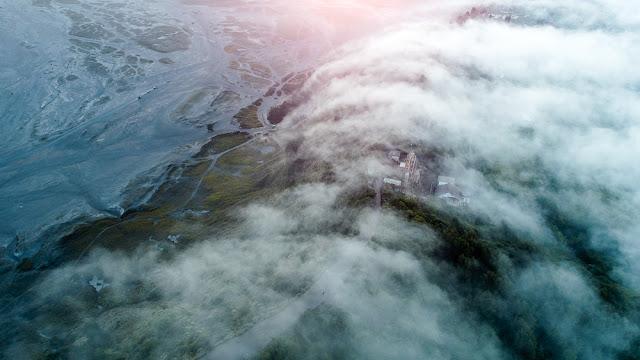 Kabut turun ke lembah lewat mentigen bromo
