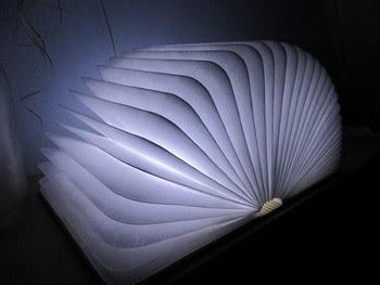 Die Buch-Leuchte leuchtet wunderschön