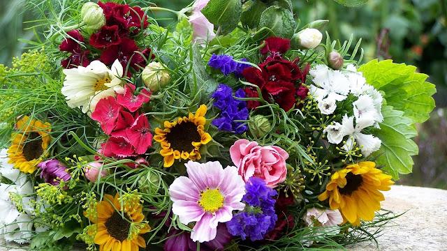 Foto met een boeket met zomer bloemen.