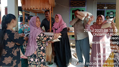 Peduli Sesama, Pasutri di Kampung Sabrang Mulya Berbagi Rezeki Di Tengah Pandemi