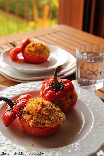 Peperoni ripieni con olive e capperi