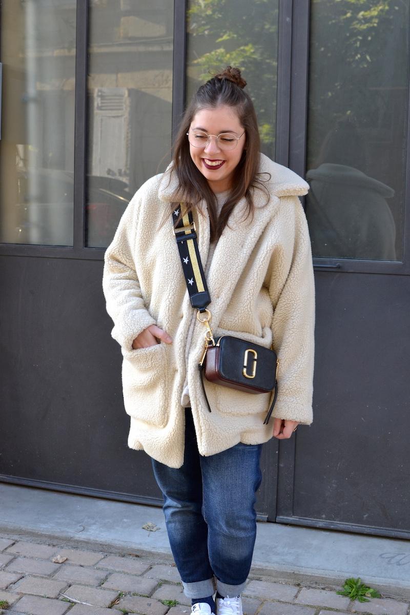 manteau shearling American Vintage, jean Mango, sac Marc Jacobs Snapshot, nike internationalist
