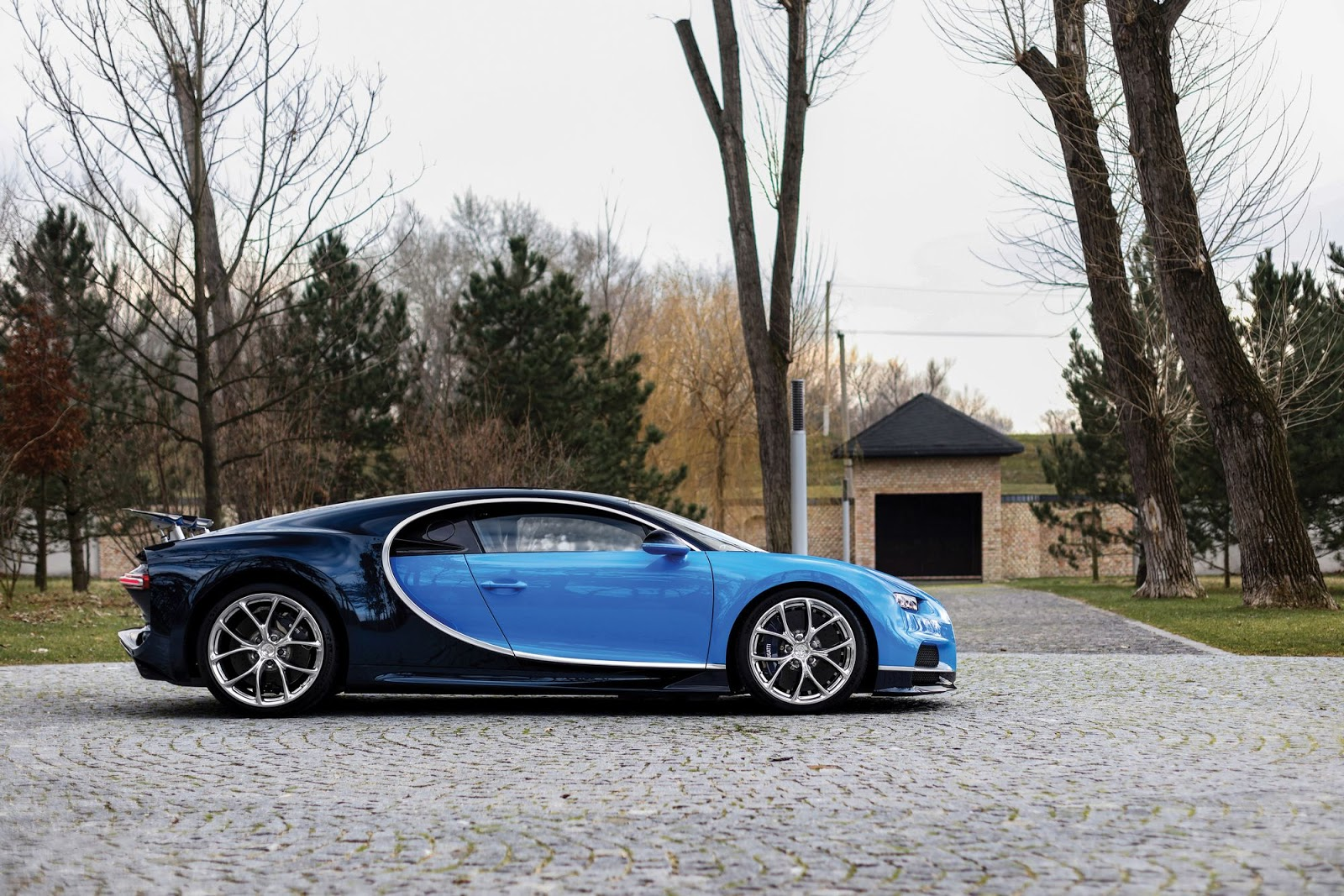 early two tone blue bugatti chiron heading to paris. Black Bedroom Furniture Sets. Home Design Ideas