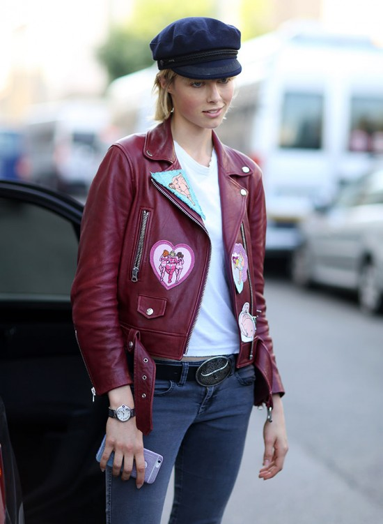 chiodo di pelle con patch abbinato a jeans e t-shirt come abbinare il chiodo di pelle ricamato idee outfit chiodo ricamato tendenze chiodo ricamato primavera 2017 how to wear embroidered leather biker jacket