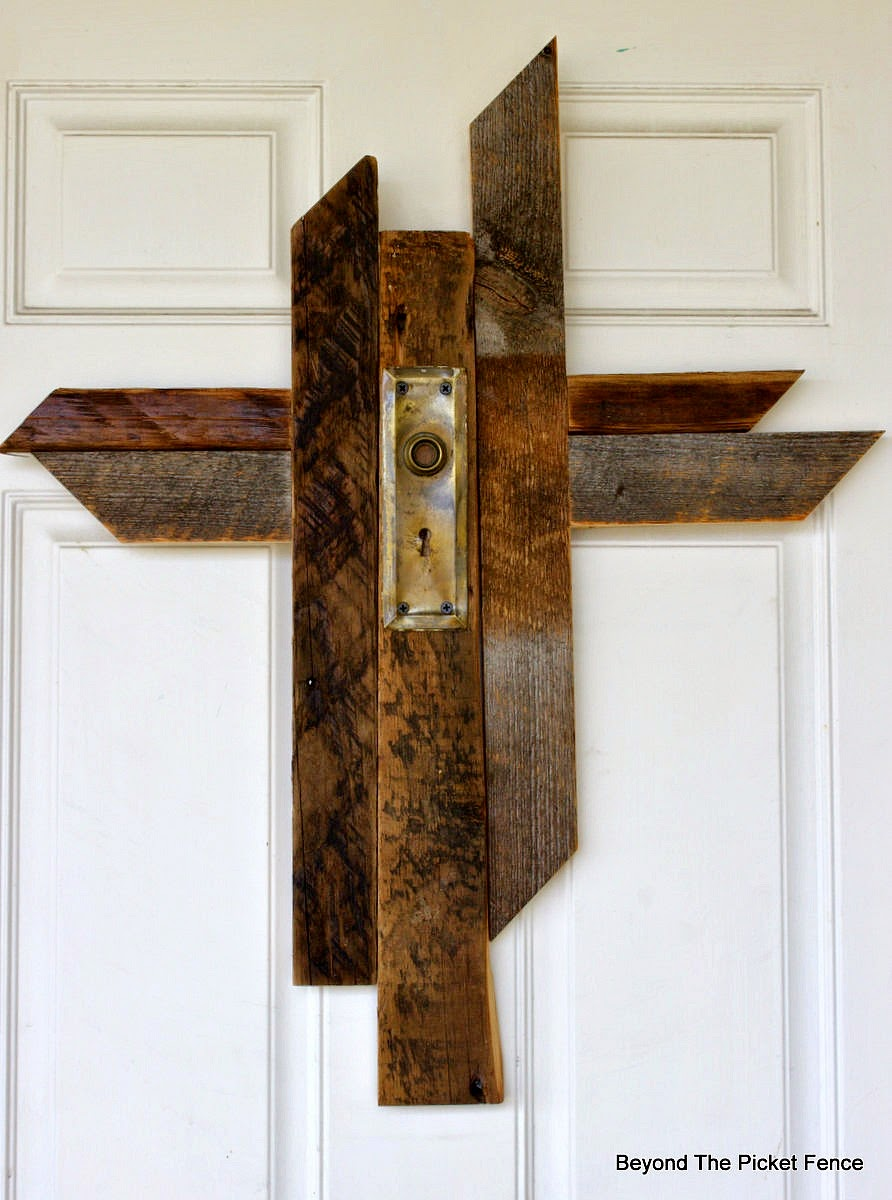 barn wood, cross, Easter, spring decor, front door, beyond the picket fence, http://bec4-beyondthepicketfence.blogspot.com/2015/04/the-old-rugged-cross.html