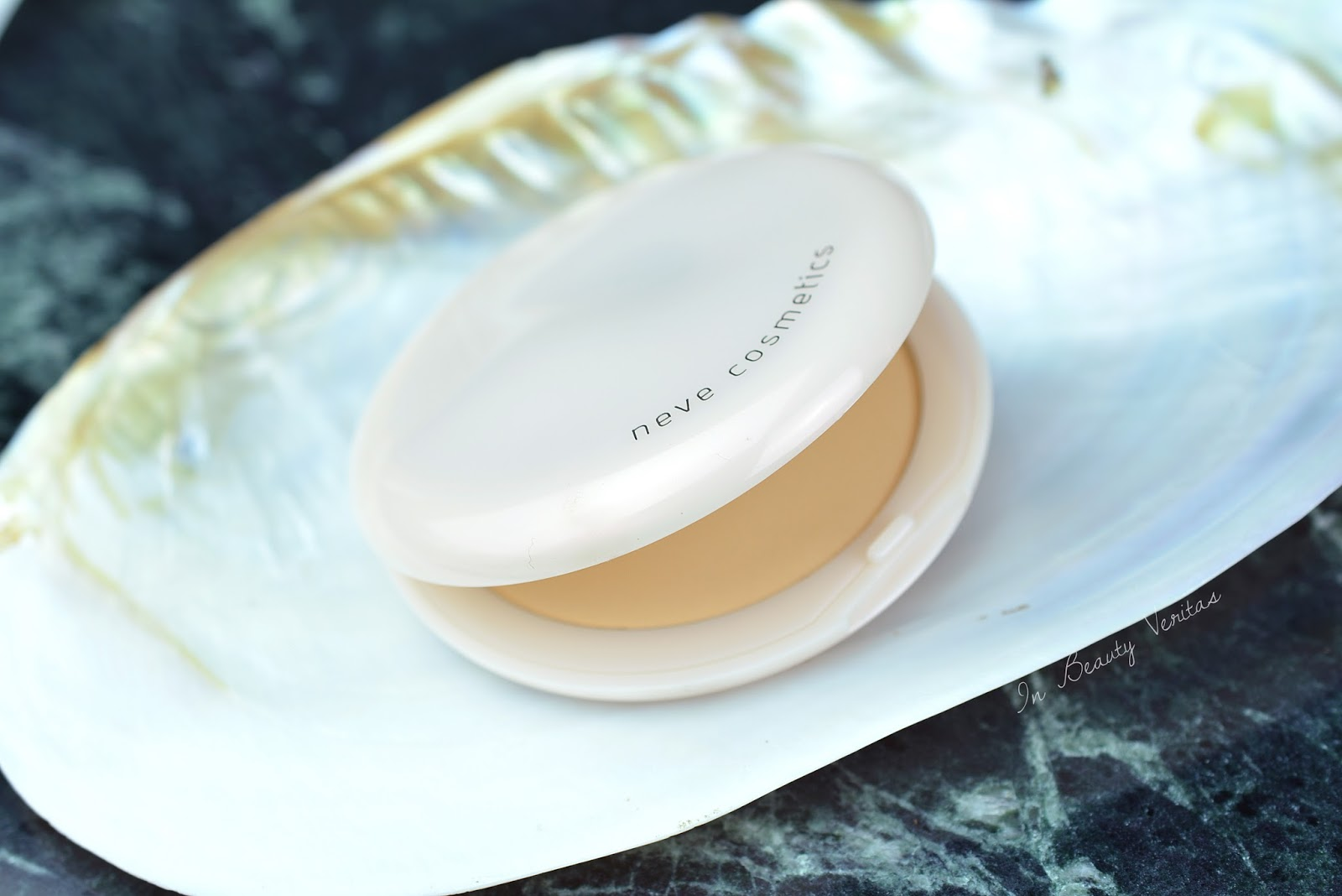 neve cosmetics alabaster touch review, recensione cipria nevecosmetics, swatch cipria nevecosmetics, swatch alabaster touch nevecosmetics, swatch cipria alabaster touch nevecosmetics,