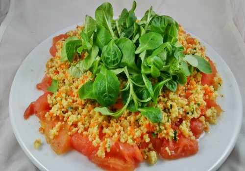 ensalada con tomate, canónigos y cuscus