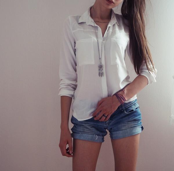 Stylizacja z białą koszullą i szortami.