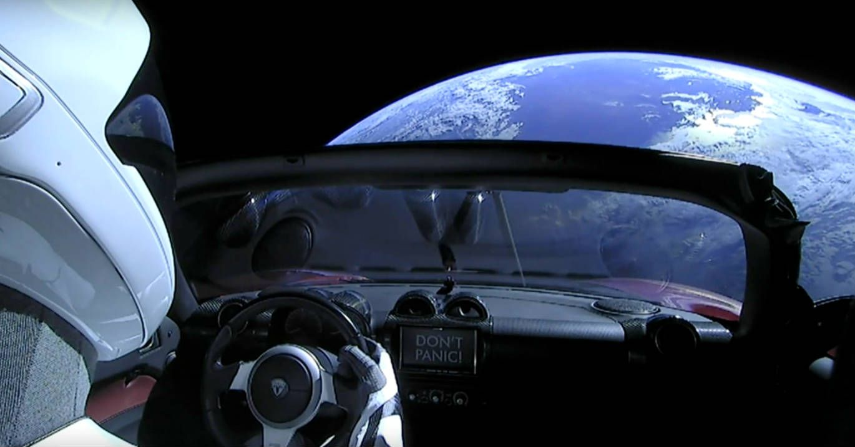 Carro Roadster da empresa Tesla e o boneco Starman