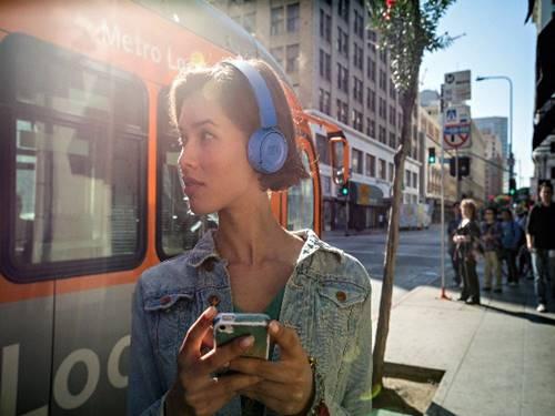 Fones de ouvido sem fio da JBL têm visual compacto e preço bem em conta