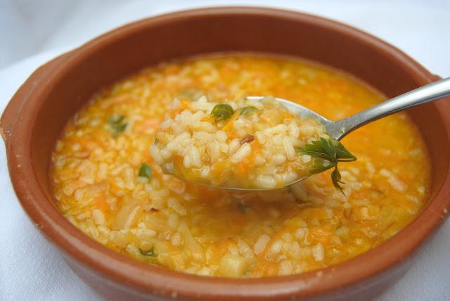 Sopa de arroz y verduras casera