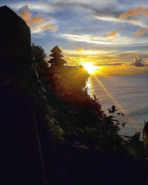 foto sunrise di pura uluwatu bali