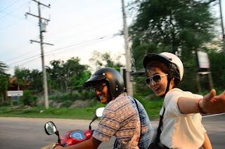 naik motor sambil selfie