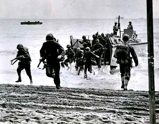 Marines estadounidenses que aterrizan en Guadalcanal