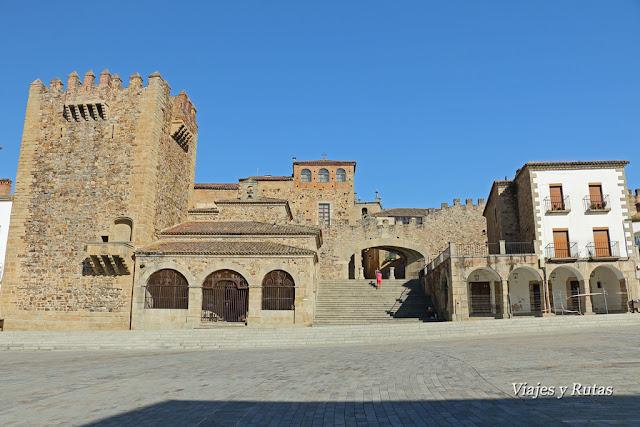 Torre de Bujaco y ermita de La Paz, Plaza mayor de Cáceres