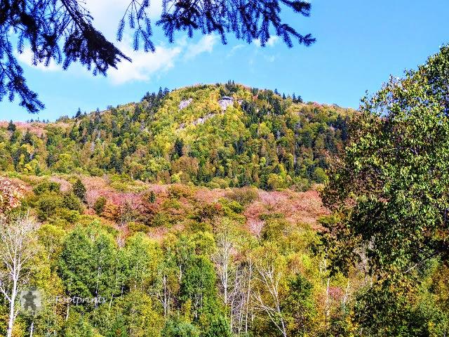 Von hier aus hat man einen guten Blick auf die Aussichtsplattform (hier ganz oben zu sehen) die man ueber den ca. 5,4 km langen La Roche Trail erreichen kann, von dort oben aus bietet sich ein phantastischer Panoramablick ueber die Mont Tremblant Highlands