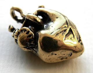 кулон в виде настоящего сердца из бронзы необычное украшение на шею подарок на день влюбленных