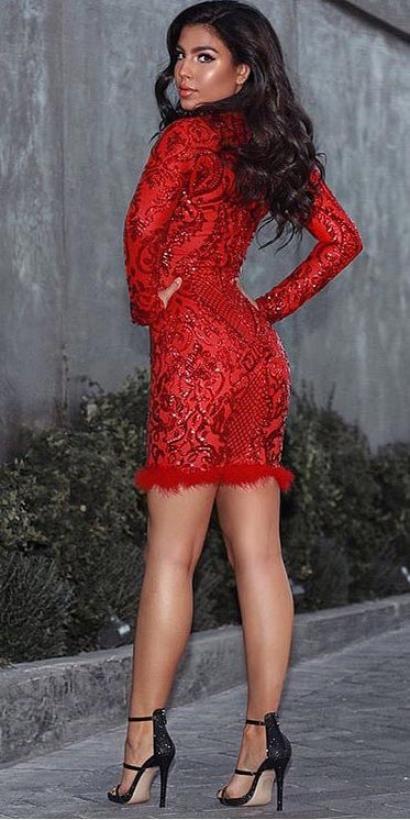 Sequin plunge Feather dress | Looking for new year outfits ideas? Discover these 35+ New years outfits and new year clothes which are perfect as winter party outfits. party outfits ideas via higiggle.com outfit new year | party outfit night #fashion #style #outfits #party